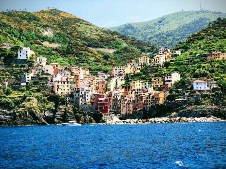 Riomaggiore vista do mar da Liguria. Cinque Terre