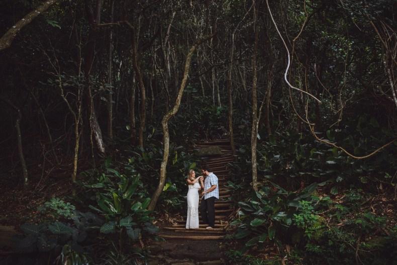 Romance no pé da trilha que leva ao topo do Morro da Urca. Rio de Janeiro. Foto Fábio Cruz