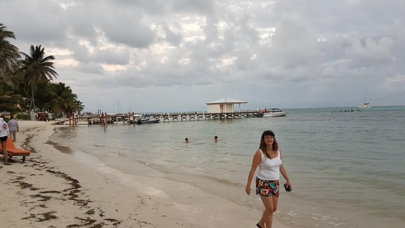 Caminhada à beira mar, Ramon's Village Resort, Belize. Grávida de 20 semanas. Babymoon