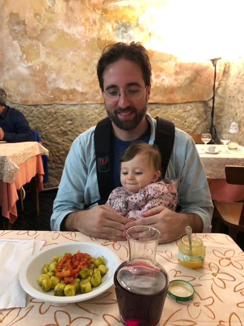 Viajar com bebês: alimentação e roteiro. Almoço em San Marino. Gnocchi com papinha!