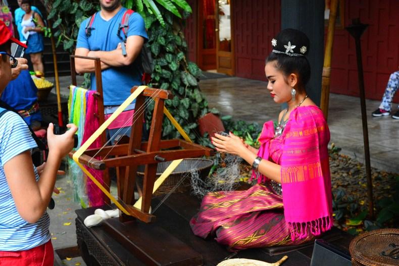 Vendo a fabricação de tecido de seda Jim Thompson house . Bangkok