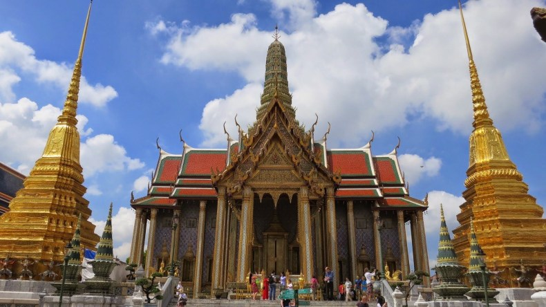 O grande Palácio (chakri maha prasat throne hall) e o Templo do Buda de Esmeralda (Phra Kaew) em Bangkok