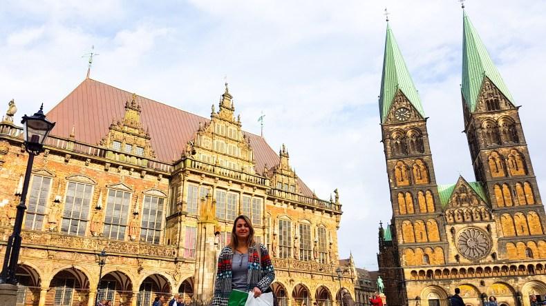 Na Marktplatz de Bremen. Ao lado esquerdo a prefeitura (patrimônio histórico e cultural da humanidade), e a igreja de São Pedro à direita.