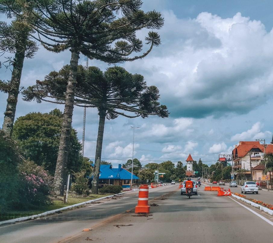 Rota Romântica tem cerca de 350 km. De Porto Alegre a Gramado são aproximadamente de 135 km passando por Nova Petrópolis. O trajeto tem bom asfalto, e como está na Serra, muitas curvas perigosas, com pedágio próximo de Gramado, nos dois sentidos.