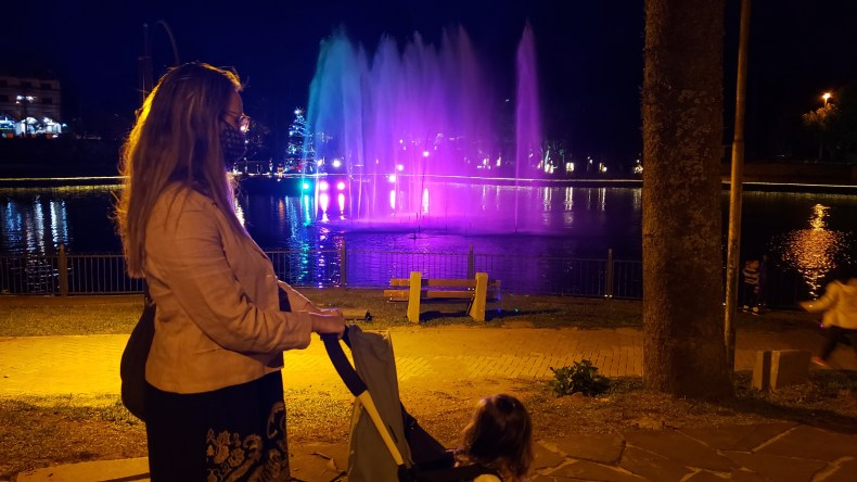 À noite, não deixe de passar próximo ao lago Joaquina Rita Bier por causa da linda fonte luminosa. Gramado