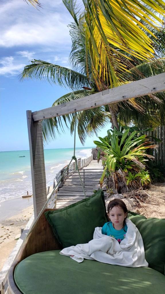 criança no balanço com vista da praia na Pousada do Toque em Milagres, Alagoas. Rota Ecológica dos Milagres