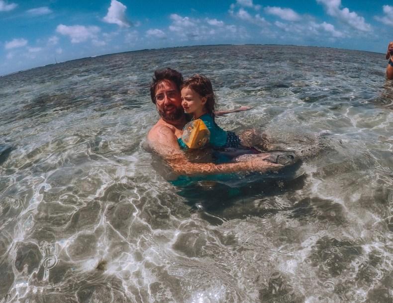 pai e filha nas piscinas naturais de São Miguel dos Milagres, Alagoas
