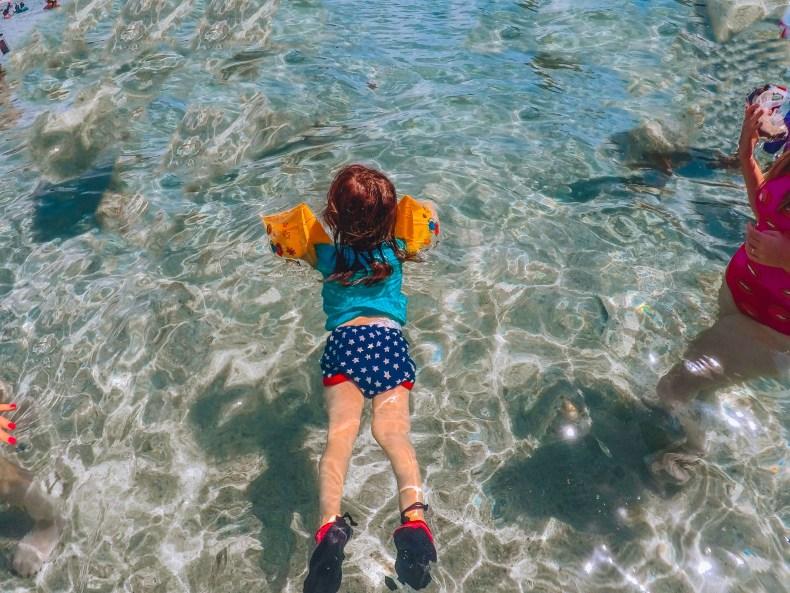 criança flutuando nas piscinas naturais de Milagres, Alagoas
