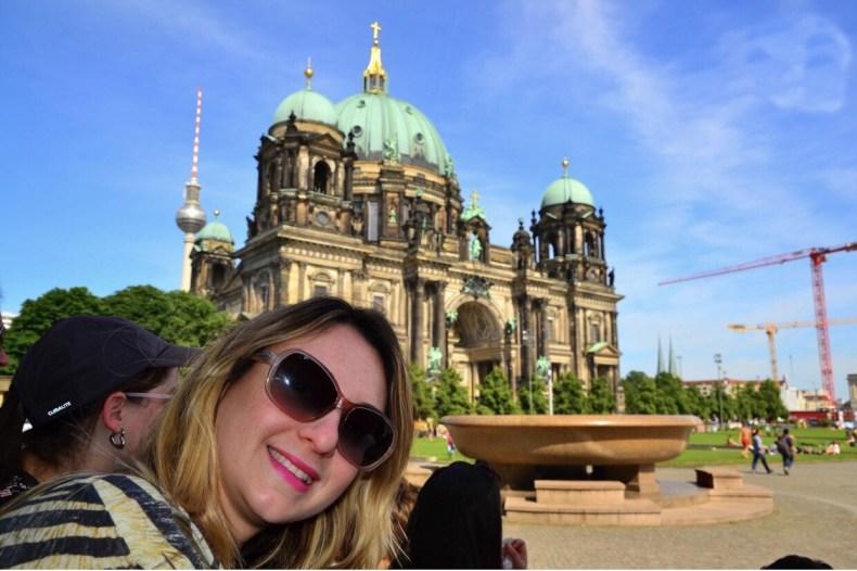 .Aguardando o Free Walking Tour começar na Lustgarten, em Berlim, Alemanha enfim enquanto então entretanto eventualmente igualmente inegavelmente inesperadamente mas outrossim pois porquanto porque portanto posteriormente precipuamente primeiramente primordialmente principalmente salvo semelhantemente similarmente