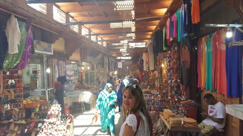 Os marroquinos são povos historicamente mercadores, ou seja, negociar é praticamente parte do roteiro de quem visita o país. Pela Medina em Fez. O que comprar no Marrocos