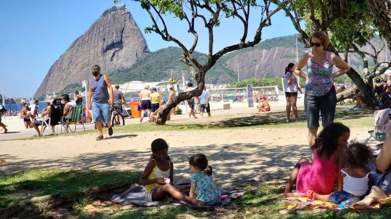 Criança viajante fazendo amizades durante um piquenique no parque Aterro do Flamengo. Uma das melhores coisas da vida é fazer amizade, né?
