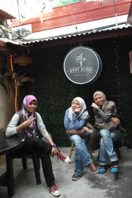 ~posing at busy bodhi coffee & tea..