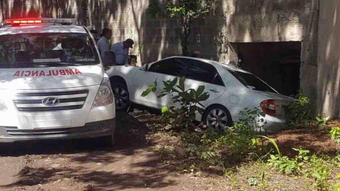 Hallan muerto dentro de un carro a un taxista en Santiago