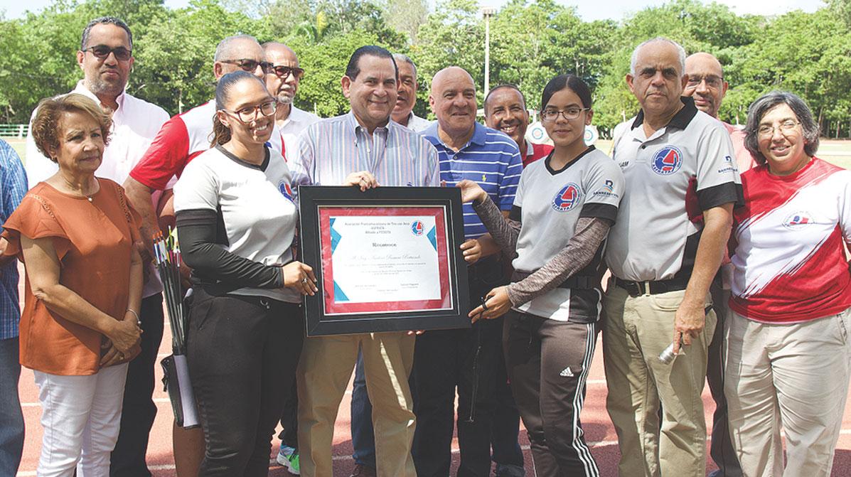 La Asociación de Arco y Flecha entregó un emotivo reconocimiento al senador Amílcar.