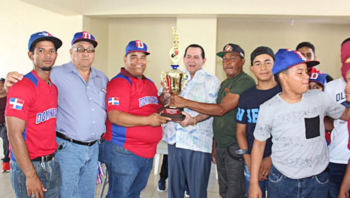 El senador patrocinó El Torneo Internacional de Béisbol de Pequeñas Ligas que se celebró en esta ciudad.