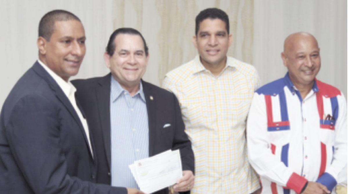 Como presidente del Comité Organizador del Torneo de Baloncesto Superior de SFM entregó dos millones de pesos. En la foto de la entrega aparecen Héctor Castillo, Presidente de Abaprodu, Rafael Uribe, Presidente de Fedombal y Enmanuel Trinidad, Vice-Ministro de deportes y Vicepresidente de Fedombal.