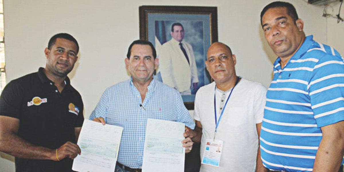 El senador provincial Amílcar Romero entrega aportes económicos al  comité organizador del Básquet de Castillo,  Iván Vásquez, Bernardo Sánchez y Tony Reyes.