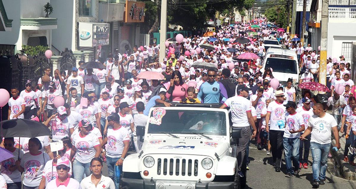 Miles de personas caminaron en apoyo a la lucha contra el cáncer.