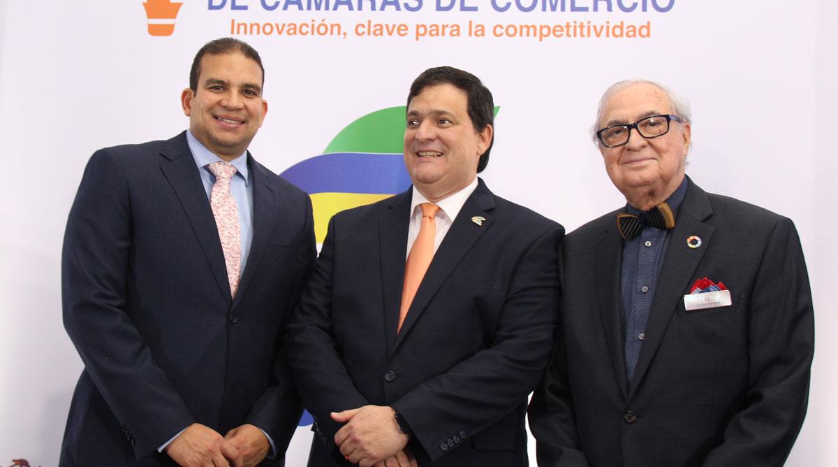 Miguel A. Reyes, presidente de la Camara de Comercio de San Pedro, Claudio Fernandez Marti, y Luis A. Sanchez Noble