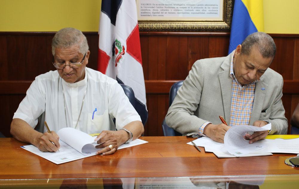 Monseñor doctor Fausto Ramón Mejía Vallejo y el señor Isidoro de la Rosa, suscribieron convenio entre la Universidad Católica Nordestana y CONACADO Agraindustrial, S.A.