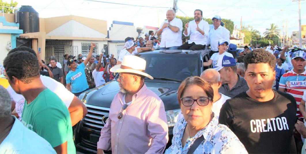 Luis Abinader encabeza multitudinaria caravana