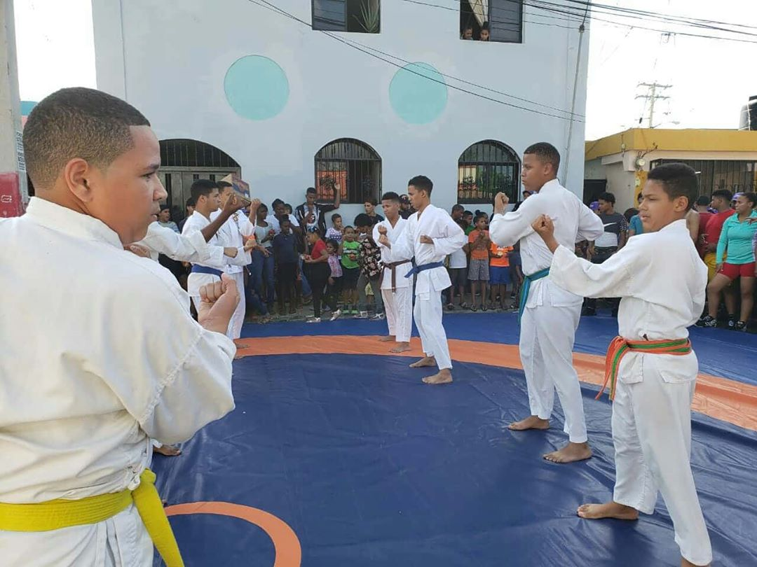 Realizan exhibición de Karate en sector San Martín, Resaltan la importancia de las artes marciales en los niños y adolescentes