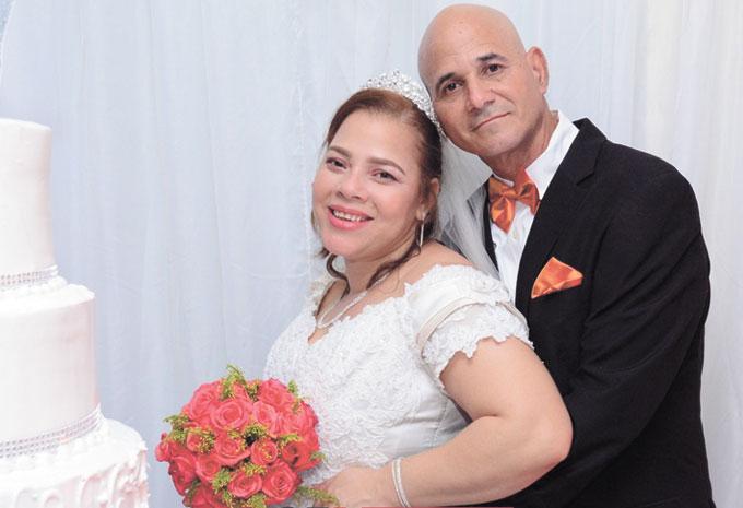 Unieron sus vínculos en el matrimonio el domingo 22 de diciembre los señores Mildre Silverio y Elvis Vasquez.  Por tal motivo sus familiares y amigos le desean muchas felicidades y sigan con una eterna luna de miel.