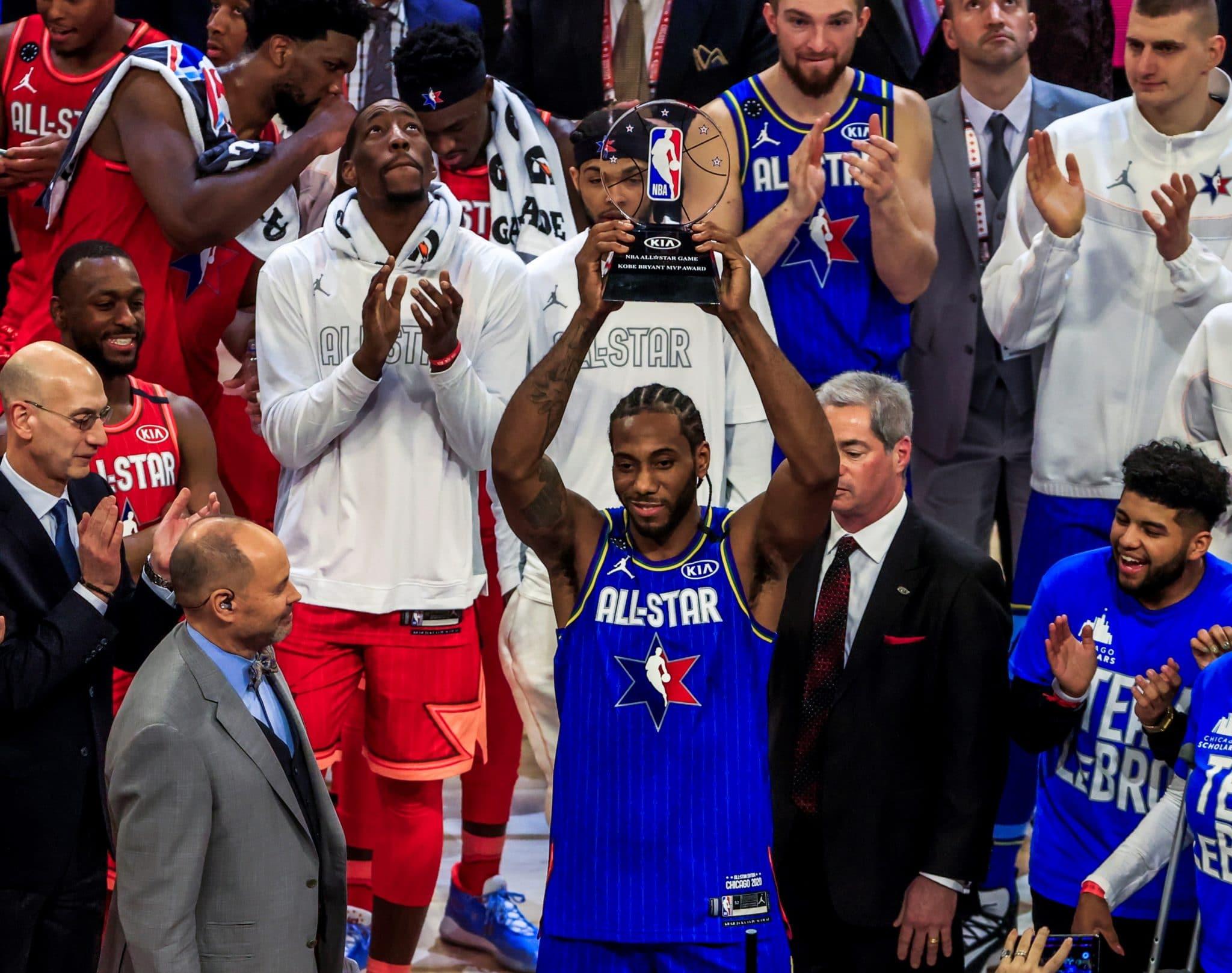 Kawhi Leonard presenta el trofeo Kobe Brayan