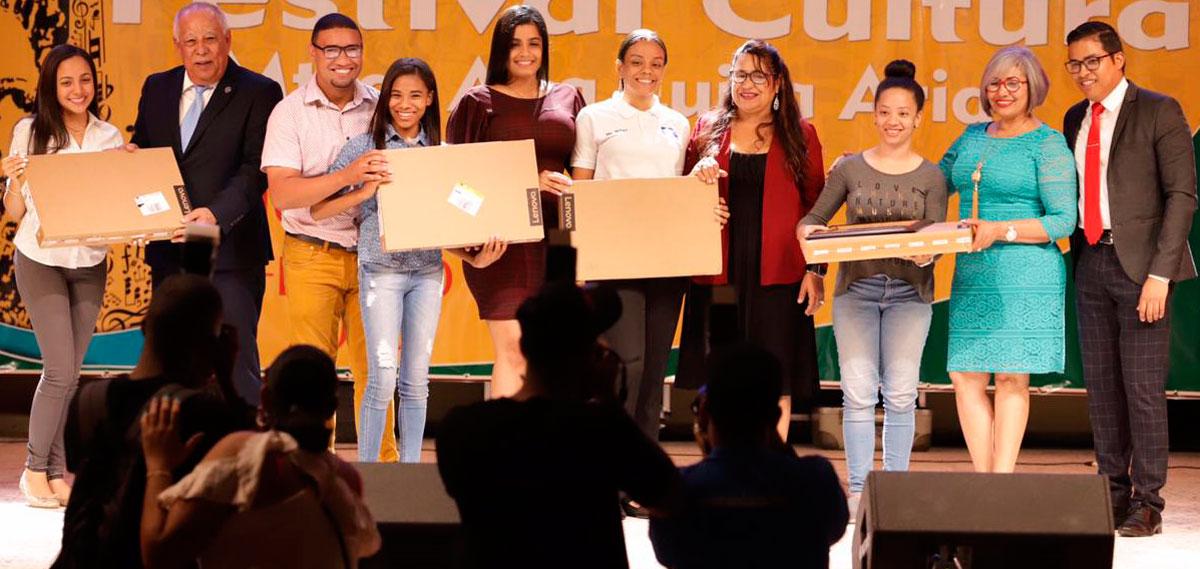 Miguel Medina entrega premios