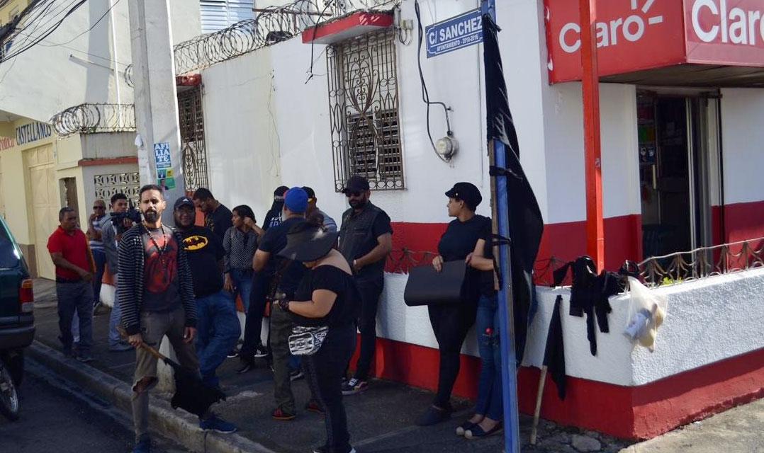 En la tarde del martes 18, una convocatoria similar fue realizada a la Junta municipal donde grupos de jóvenes que dicen no pertenecer a ningún partido político exigían que se respete a la democracia en el país.