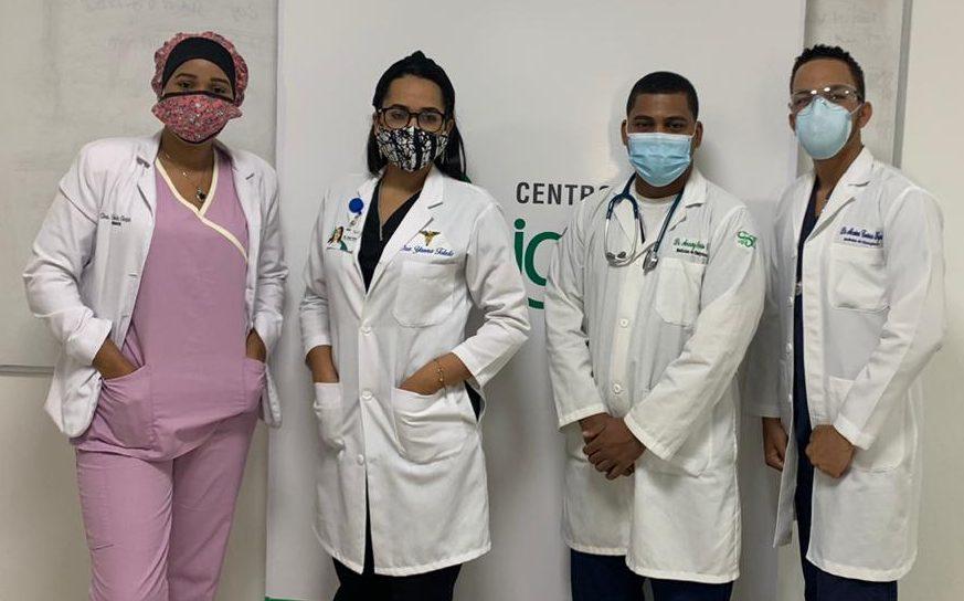 Las doctoras Francina Vargas y Yanna Toledo, residentes del área de radiología e imágenes, junto a los doctores Amaury Osorio y Newton Correa.