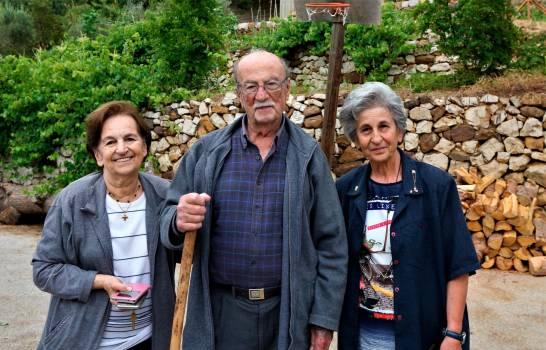 El capitán Botros Abi Nader, de 89 años, y su esposa (a la izquierda) y su pariente, Amal Abi Nader, frente a la casa del capitán, en la aldea de Baskinta, Líbano, el 9 de julio de 2020 (emitido el 15 de julio de 2020). Luis Rodolf Abi Nader, cuyas raíces llegan hasta este pequeño pueblo es el presidente electo de la República Dominicana. ( EFE/EPA/NABIL MOUNZER)