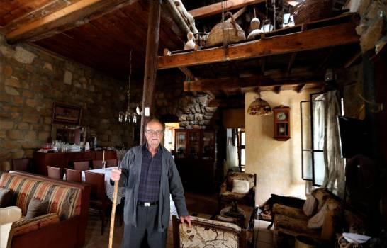 Capitán Boutros Abi Nader, 89, pariente del nuevo presidente de la República Dominicana, Luis Abi Nader, en la aldea de Baskinta, Líbano, 09 de julio de 2020. ( EFE/EPA/NABIL MOUNZER)