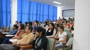 Jóvenes atentos a la presentación de la campaña por el 55 aniversario de la UJC