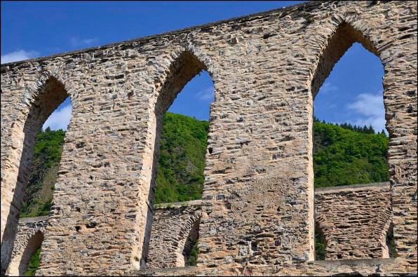 Gewaltig heben sich die Klostermauern vom Rest der Umgebung ab