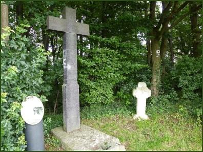 Am Galgen heißt der Ort hier. Der Tuffstein wurde nachträglich zu einem Kreuz umgestaltet. Vermutlich wurde dieser Ort in der keltischen Zeit als Gerichtssitz des Druiden benutzt.