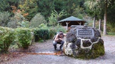 Ein gestelltes Foto, weil Tanja das Wasser aus dem Sauerbrunnen so gar nicht mag
