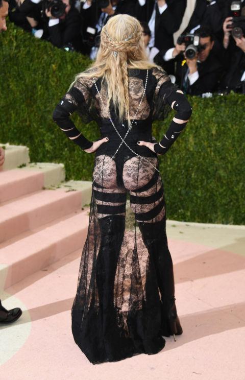 1ad2b4c7a0 Miranda Kerr ruhája maga volt a nagybetűs melléfogás. Ez a kétrészes szett  nem is lett volna olyan rossz, ha lehagyják a szoknya alján található  fodrokat.