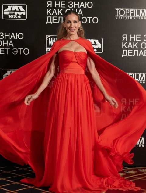 Working the cape in Giambattista Valli. SJP has a lot of memorable red carpet moments, but this one is definitely top five.