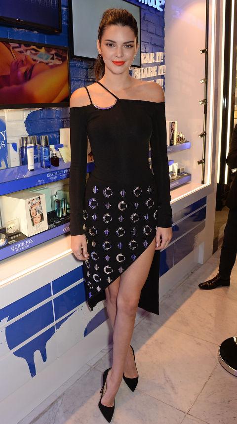 Em uma roupa David Koma e saia no evento de lançamento Estée Editar realizada em Londres.