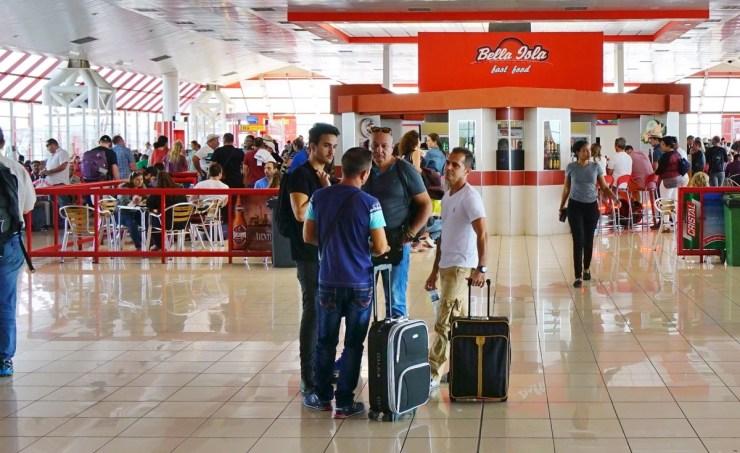 cubanos-aeropuerto-cuba.jpg