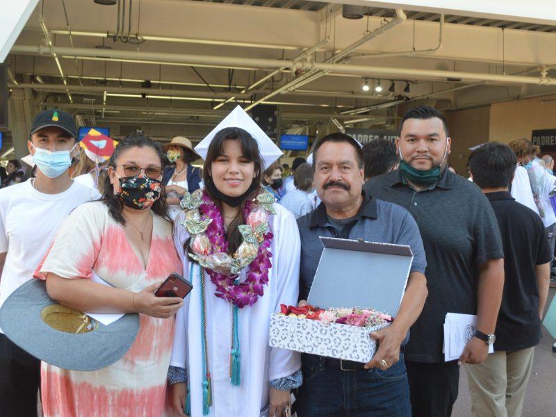 La familia Sánchez acompañó a Ysenia Jazmin, durante su graduación. Foto: Horacio Rentería/El Latino SD.