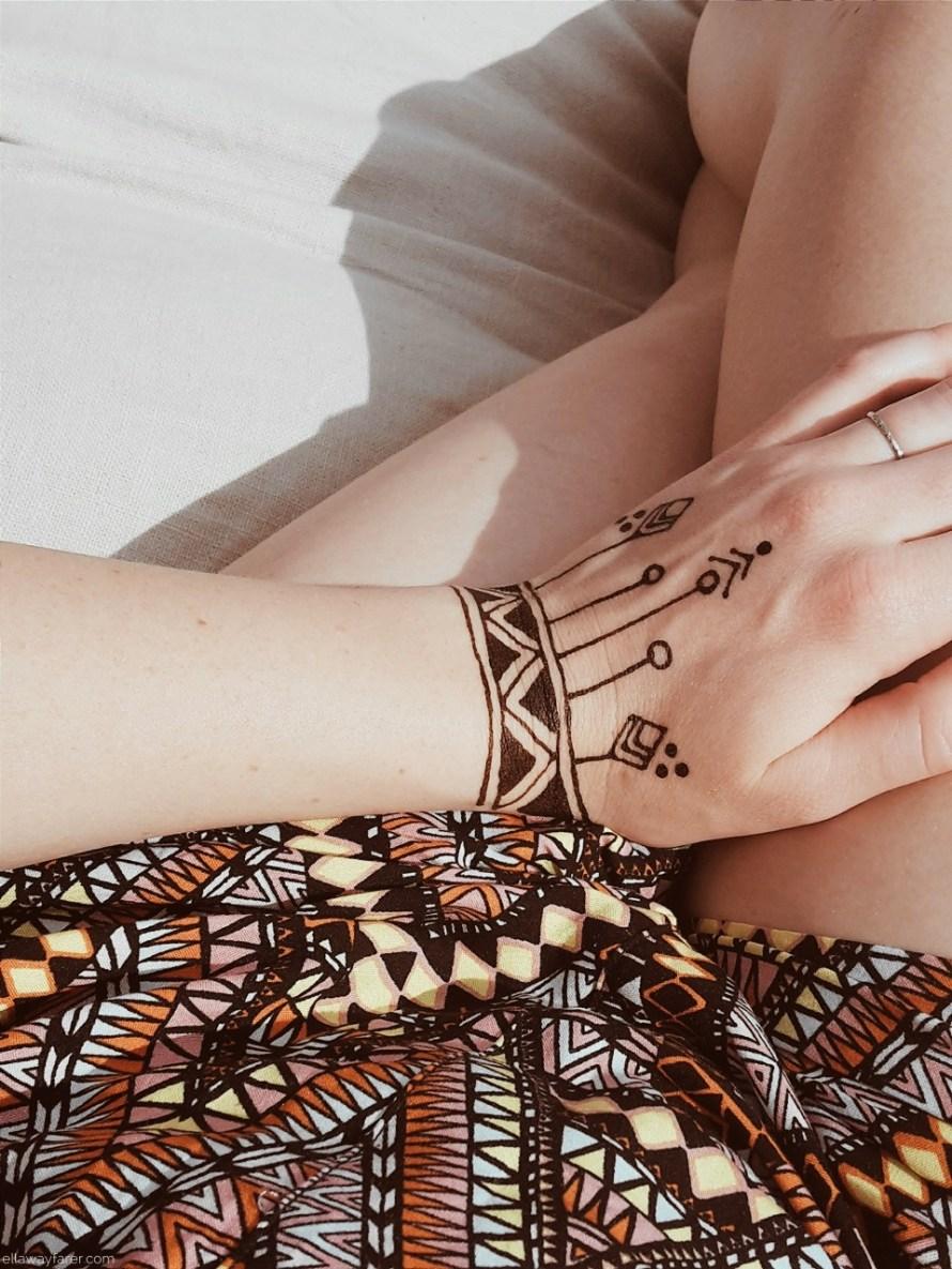 Geometrisches Henna Tattoo auf der Hand | ellawayfarer.com