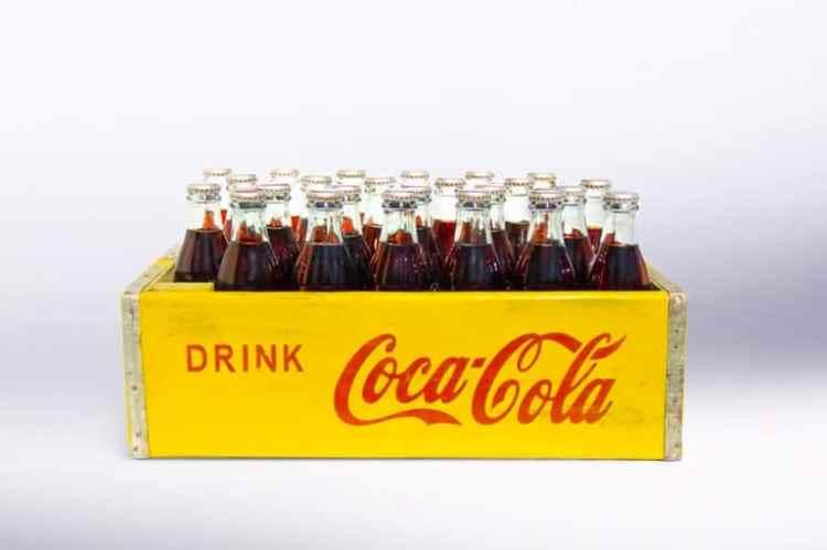 caja de coca cola antigua anuncio coronavirus