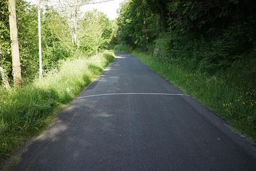 camino rural escrito con tiza arte en cuarentena