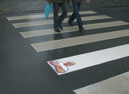 paso de peatones con anuncio de don limpio