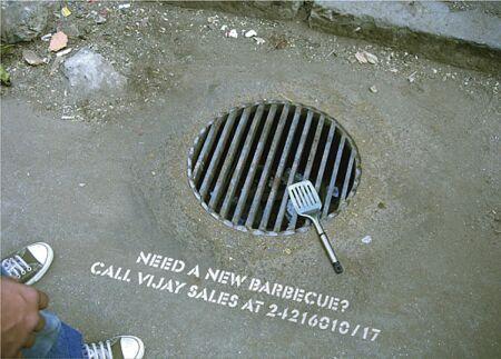 rejilla redonda usada a modo de anuncio de barbacoa