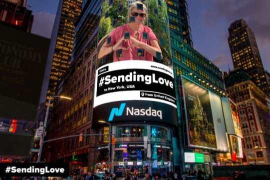 campaña Sending love por el covid 19 en Time Square