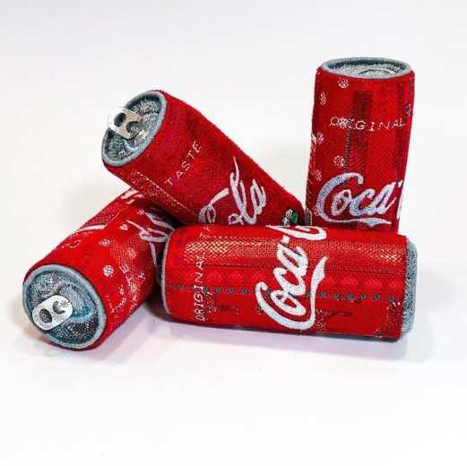 esculturas tridimensionales de Alice kozlow sobre lastas de Coca Cola