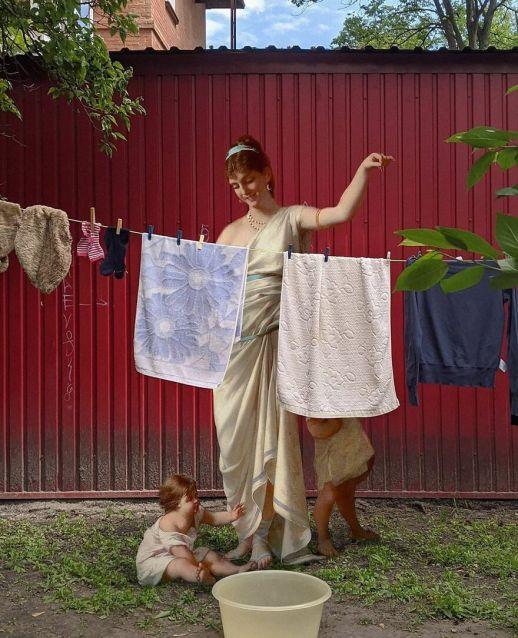 Mujer de una pintura clásica tendiendo la ropa junto con sus hijos